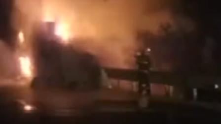 【重庆】货车高速路上自燃 现场火势凶猛火光冲天