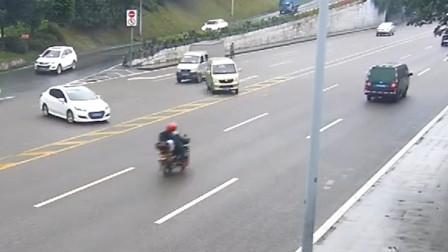【重庆】面包车雨天踩急刹猛打方向 车辆失控漂移撞翻摩托车