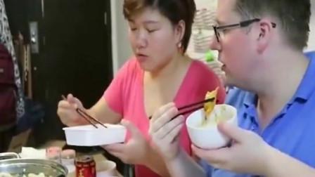 老外试吃中国外卖火锅,满满一桌美食,直呼要吃过瘾来