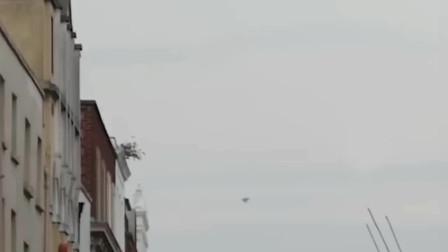 UFO悬浮在小镇上空,正巧被网友用手机拍了下来!