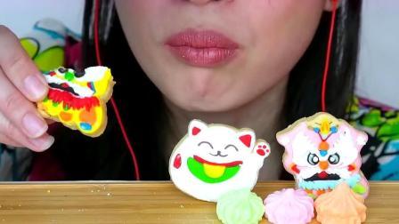 小姐姐对造型超级精美的舞狮糖霜饼干下口了,味道一定很棒吧