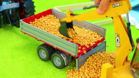汽车玩具:挖掘机伸长手臂从货车车厢扒拉玉米粒
