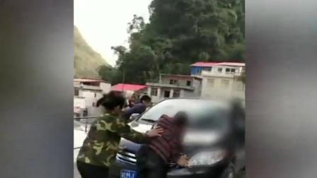 母亲拦儿子车遭殴打:推搡踹倒在地
