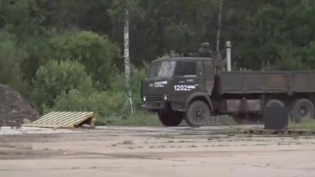 俄军重卡以120千米时速撞击钢板路障,车轮全部掉落
