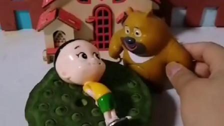 大头差点闹了个笑话,他把莲蓬当成床躺了上去,还好最后熊二提醒了他
