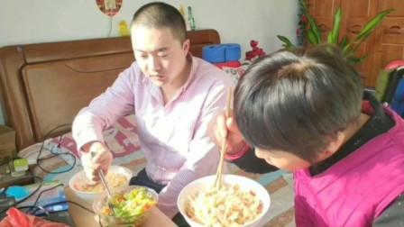 母亲做蛋炒饭,放那么多配菜,色泽金黄,好吃极了