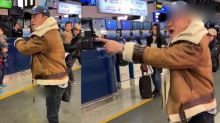 吴京机场被跟拍,当场怒斥拍摄者,表情吓人几欲飙脏话!
