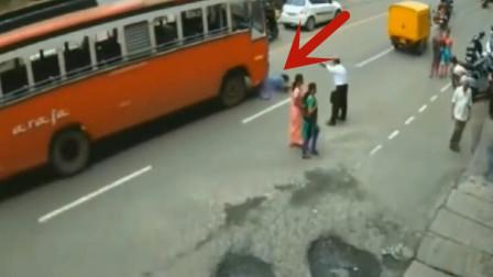 美女真是死的太冤枉了,刚下公交车就不幸丢掉了性命,人彻底崩溃