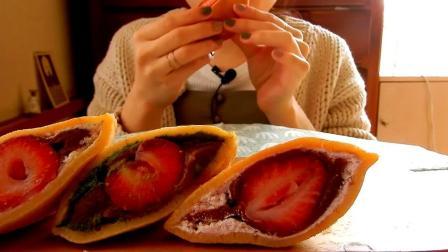 小姐姐吃草莓铜锣烧,香甜软绵,口感相当不错