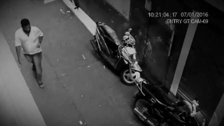 路口摄像头拍下灵异的一幕,网友:男子一定做了坏事!
