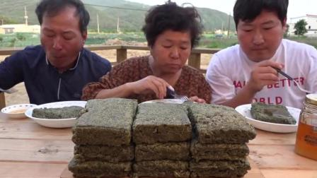 韩国吃播 美食吃货韩国大叔一家人吃用橄榄叶做的年糕