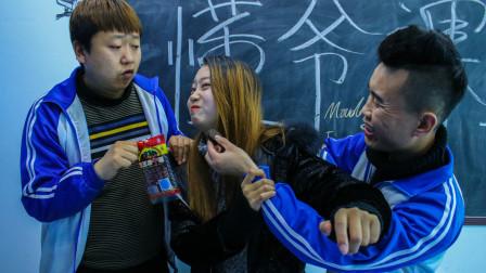 学生上课偷吃零食,老师发现当场没收,不料老师带回办公室偷吃