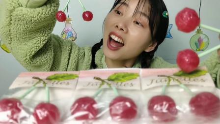 """妹子吃趣味零食""""并蒂樱桃形棒棒糖"""",精美造型惹人爱,酸甜味美"""