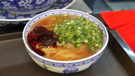 兰州拉面又征服一位日本人,接连吃了16碗,就是牛肉少了点!