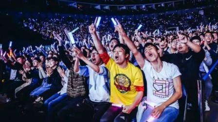 花泽香菜演唱会现场,宅男的怒吼太恐怖了,网友:掉下去还能捡回来吗