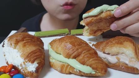 小姐姐吃香甜绵软的奶油夹心牛角面包,看起来可真好吃啊