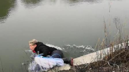 农村小伙大冬天来河里撒网,结果一不小心就掉河里了,真不容易啊!