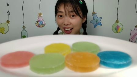 """美食拆箱:小姐姐吃趣味零食""""彩虹糖片"""",扁圆似薄饼,味浓香脆"""