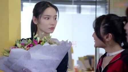 美女刚升职就收到鲜花表白,被同事说桃花泛滥,下秒就跳起热舞!