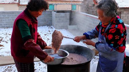 东北大妈做一大锅高粱米饭真馋人,酸菜炒着吃蘸酱吃,真过瘾