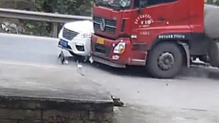 【重庆】货车司机路口处超车 撞上转弯小车推行数米