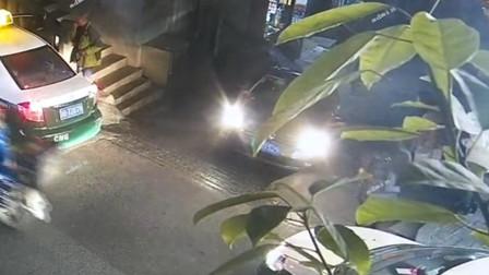 【重庆】小车上陡坡时溜车 连怼数辆车后侧翻