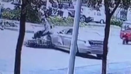 【重庆】小车转弯时未注意观察 将直行摩托车撞翻