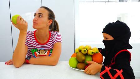 萌娃小可爱变身真人版水果忍者,小家伙可真是会玩呢!—萌娃:妈妈,借水果一用!