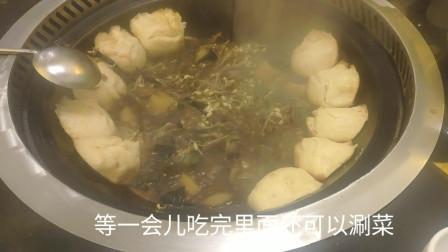 晓滨和朋友体验东北地锅炖,锅贴、鸡肉、蘑菇混在一起,口味独特