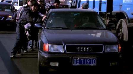 小轿车追尾奥迪A6,双方正要打起来,一听广播化敌为友