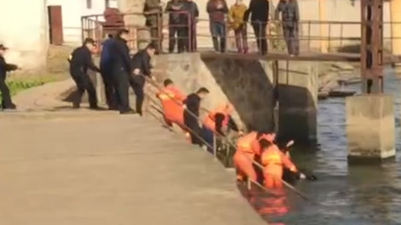 犯罪嫌疑人为逃避抓捕跳入河中 消防、警方联手拿下