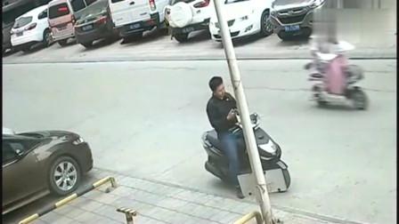 男子在路边假装打电话, 监控突然拍下众人愤怒一幕