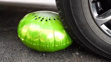 汽车碾压气球一次性杯子吸管的瞬间