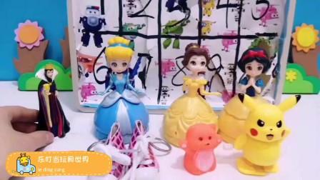 王后带着三位公主拆盲盒拆到好多玩具!