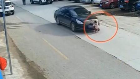 女孩猛的窜出,轿车司机来不及躲闪,悲剧瞬间发生了
