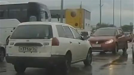 前车近在眼前,女司机却猛踩油门!网友:你这驾照咋考的