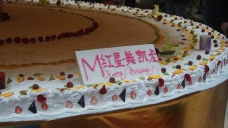 世界上最大的蛋糕,高度超过4层楼,求婚地点设在蛋糕里面!