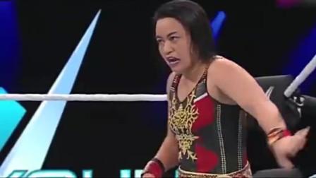 WWE:女子对抗赛上,女选手被对方打的不敢起身,现场一片欢呼