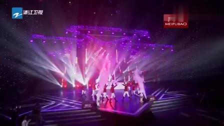 79岁谢贤骑白马现身舞台,帅气献唱,观众掌声不断