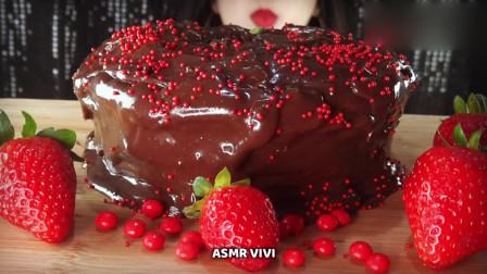 吃货小姐姐:吃播巧克力蛋糕+草莓,发出的咀嚼声!
