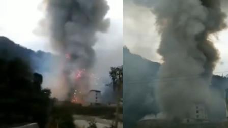 重庆城口县一爆竹堆放点燃烧 烟花四溅浓烟升腾