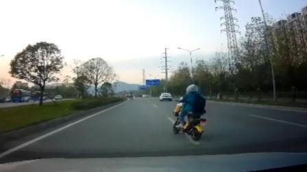 【重庆】女子骑车途中突然变道 吓坏后方司机:你骑得什么车?