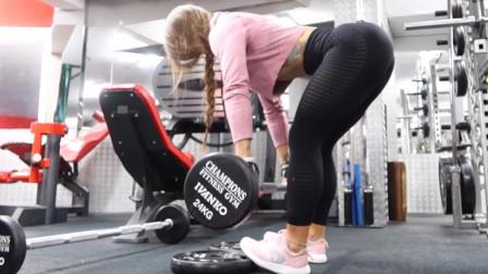 杠铃硬拉时脚尖踩着杠铃片,可以锁定膝关节,让髋关节充分发力