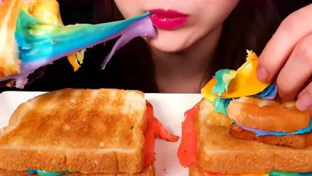 彩虹拉丝吐司的颜值就像它的名字一样美,口感也是非常不错呀
