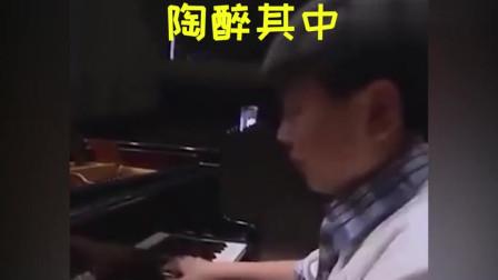 郎朗晒小时候弹琴画面,手指灵活成灵魂乐手,网友:这手指是天生的