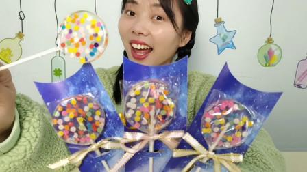 """小姐姐吃趣味""""星空棒棒糖"""",七彩圆点在其中,吃着好像麦芽糖"""
