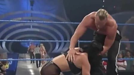 WWE:大胸姐得罪太多人,竟被三个猛男轮番欺负,不当女人打啊
