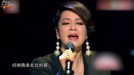 让人敬畏的歌手!台下观众全是大佬,却都老老实实听她唱歌