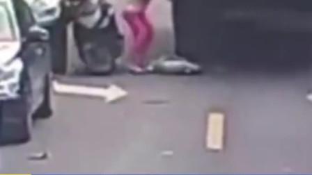 儿子从车上掉落不幸遭环卫车碾压身亡 母亲急得直跺脚失声痛哭