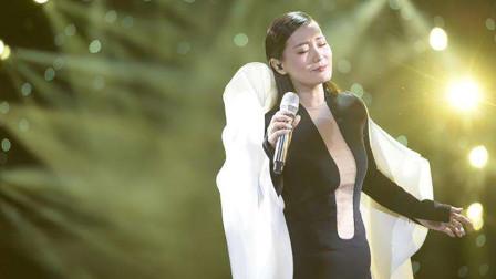 国家级歌手的神级现场,一开口就是经典,网友:我是跪着听完的!